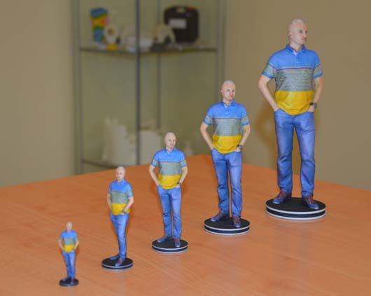 3D nyomtatott azonos tárgyak, különböző méretben.
