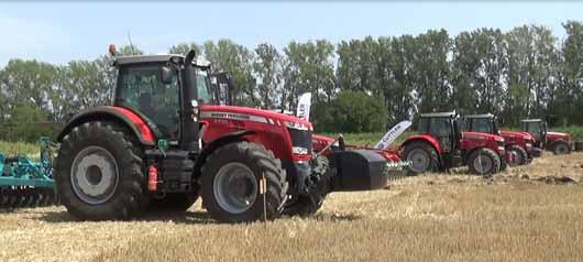 Massey Ferguson traktorok a szántóföldi bemutató előtt.