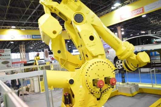 FANUC  M-2000iA/1700L robot talaj közeli helyzetben, az Ipari Napjai, Mach-Tech 2017. kiállításon.